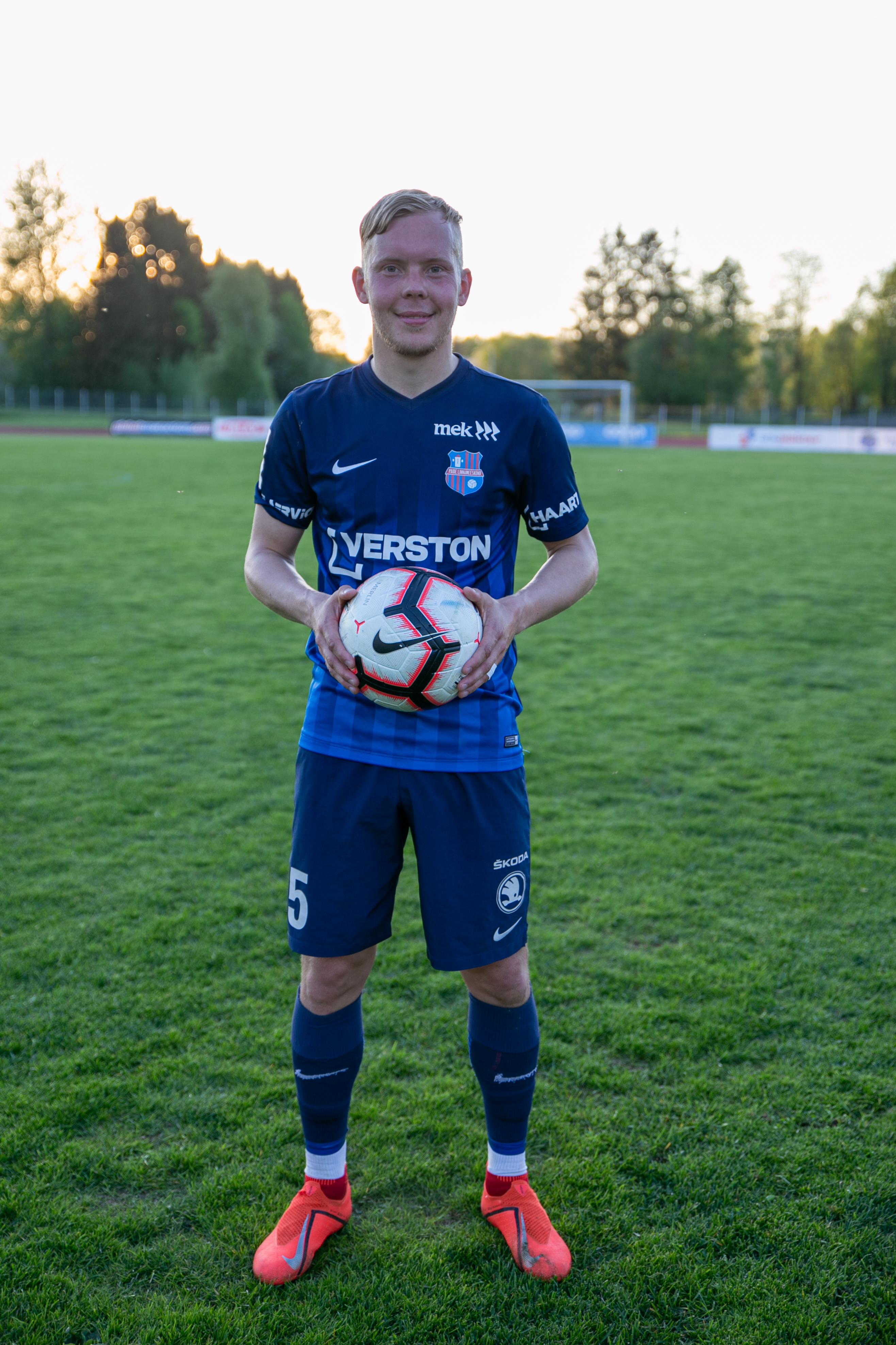 10c893b1094 Jalgpalli juurde jõudsin kuna jalgpall meeldis. Esimene Klubi oli FC Flora.  Treenerid: Marko Kuusik ja Ivo Lehtmets.